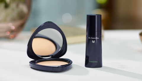 Applying the foundation with Dr. Hauschka Make-up
